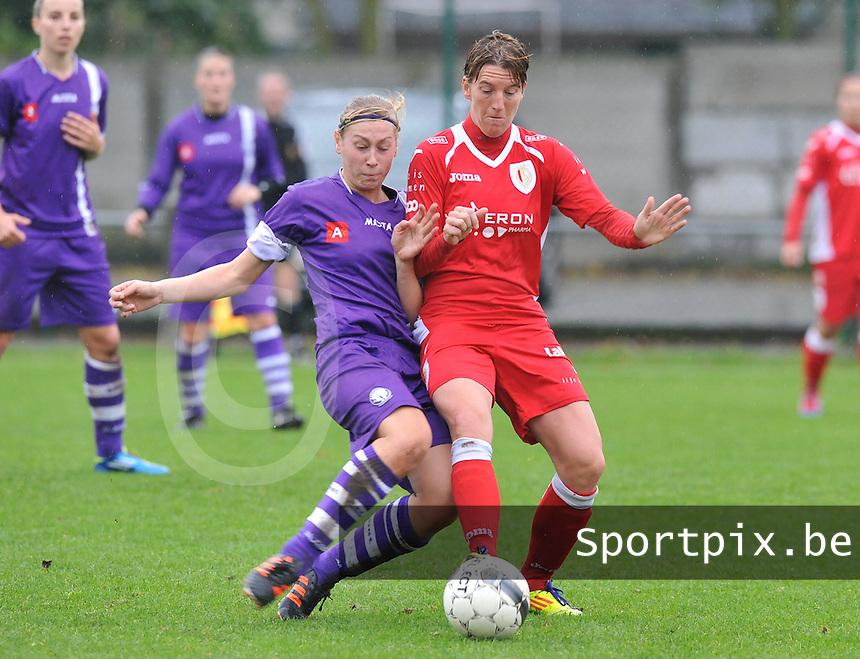 Beerschot Dames - Standard Femina : Yasmine Laureys in duel met Aline Zeler.foto DAVID CATRY / Vrouwenteam.be