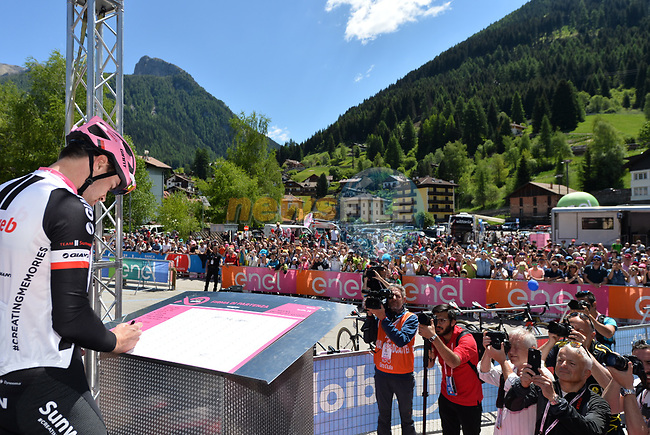 Race leader Maglia Rosa Tom Dumoulin (NED) Team Sunweb at sign on before the start of Stage 18 of the 100th edition of the Giro d'Italia 2017, running 137km from Moena to Ortisei/St. Ulrich, Italy. 25th May 2017.<br /> Picture: LaPresse/Gian Mattia D'Alberto | Cyclefile<br /> <br /> <br /> All photos usage must carry mandatory copyright credit (&copy; Cyclefile | LaPresse/Gian Mattia D'Alberto)