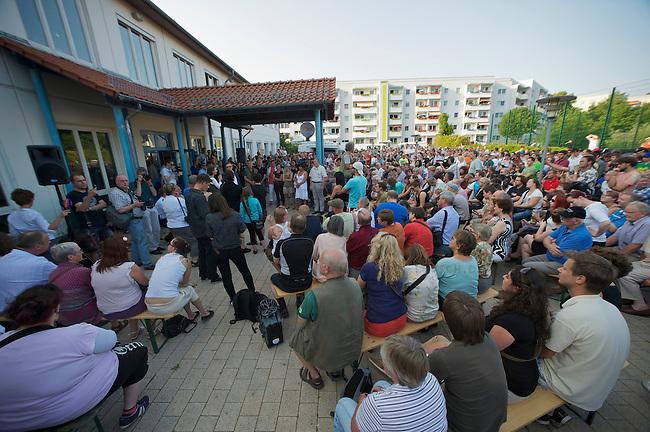 Auf einer Buergerversammlung mit ca. 500 Teilnehmern im Berliner Plattenbaubezirk Hellersdorf entlud sich am Dienstag den 9. Juli 2013 der blanker Rassismus gegen eine geplante Unterkunft fuer syrische Buergerkriegsfluechlinge. Etwa 2/3 Anwesende aeusserten, es solle &quot;zuerst was fuer Deutsche getan werden&quot;, &quot;das Heim anzuenden&quot;, &quot;Wer sein Heimatland verlaesst ist ein Verraeter&quot;, &quot;Wer denkt an unsere Kinder&quot; und aehnliche Parolen gegen das Fluechtlingsheim. Veranstaltungsteilnehmer, die Verstaendnis fuer die Buergerkriegsfluechtlinge aeusserten, wurden niedergebruellt.<br />9.7.2013, Berlin<br />Copyright: Christian-Ditsch.de<br />[Inhaltsveraendernde Manipulation des Fotos nur nach ausdruecklicher Genehmigung des Fotografen. Vereinbarungen ueber Abtretung von Persoenlichkeitsrechten/Model Release der abgebildeten Person/Personen liegen nicht vor. NO MODEL RELEASE! Don't publish without copyright Christian-Ditsch.de, Veroeffentlichung nur mit Fotografennennung, sowie gegen Honorar, MwSt. und Beleg. Konto:, I N G - D i B a, IBAN DE58500105175400192269, BIC INGDDEFFXXX, Kontakt: post@christian-ditsch.de<br />Urhebervermerk wird gemaess Paragraph 13 UHG verlangt.]