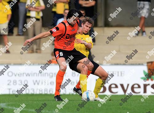 2010-10-03 / Voetbal / seizoen 2010-2011 / Willebroek-Meerhof - Berchem Sport / Senne Willems probeert Bayram Cil (WM) te stoppen. ..Foto: Mpics