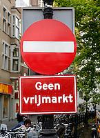 Vrijmarkt op de dag voor Koningsdag in Utrecht. Koningsnacht. Niet overal is Vrijmarkt toegestaan