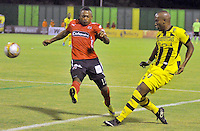 BARRANCABERMEJA -COLOMBIA, 02-11-2015:  Deivy Balanta (Der) jugador de Alianza Petrolera disputa el balón con Fabio Burbano (Izq) de Independiente Medellin durante encuentro  por la fecha 18 de la Liga Aguila II 2015 disputado en el estadio Daniel Villa Zapata de la ciudad de Barrancabermeja./ Deivy Balanta (R) player of Alianza Petrolera fights for the ball with Fabio Burbano (L) player of Independiente Medellin during match for the date 18 of the Aguila League II 2015 played at Daniel Villa Zapata stadium in Barrancabermeja city. Photo:VizzorImage / Jose David Martinez / Cont
