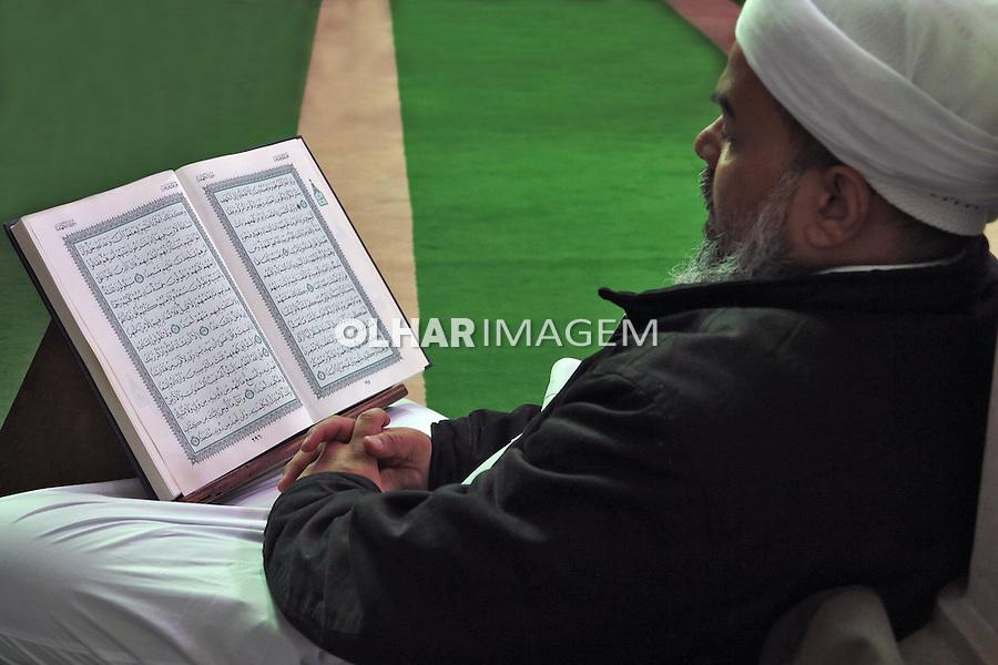 Homem lendo o Alcorao, livro sagrado dos muçulmanos na Mesquita Brasil. Sao Paulo. 2015. Foto de Marcia Minillo.