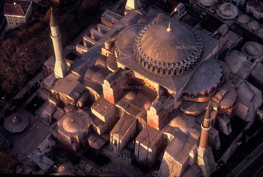 1999.Turquie. Istanbul. Vue aérienne de l'architecture d'Hagia Sophia à Istanbul, soutenue par des contreforts pour donner de la stabilité à l'édifice.