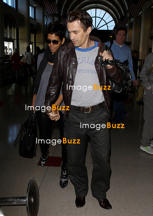 Photo by: MCRF/starmaxinc.com.©2013.ALL RIGHTS RESERVED.Telephone/Fax: (212) 995-1196.2/17/13.Halle Berry and Olivier Martinez out and about..(NYC)...