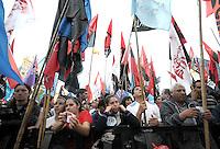 BUENOS AIRES, ARGENTINA, 03 DE MAIO DE 2012 - VOTACAO PROJETO DE LEI YPF - Manifestantes a favor da renacionalização da petrolífera YPF realizam ato em frente ao Congresso Nacional da Argentina, em Buenos, Aires, nesta quinta-feira. No local está sendo votado o projeto de lei, já aprovado pelo senado, para a expropriação da YPF da espanhola Repsol. Assim, a Yacimientos Petrolíferos Fiscales voltaria a ser estatal. (PHOTO JUANI RONCORONI / BRAZIL PHOTO PRESS)