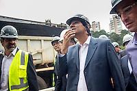 SAO PAULO, SP - 08.05.2015 - HADDAD-SP - O prefeito de São PauloFernando Haddad durante visita as obras da Ponte Laguna e Itapaiuna na região sul de São Paulo, nesta sexta-feira, 08. As obras realizadas nas margens do Rio Pinheiros busca ligar os dois sentidos das vias e desafogar o transito local, facilitando o acesso dos paulistanos que saem do Morumbi, Capão Redondo e região à marginal do Rio Pinheiros. <br /> (Foto: Fabricio Bomjardim/Brazil Photo Press)