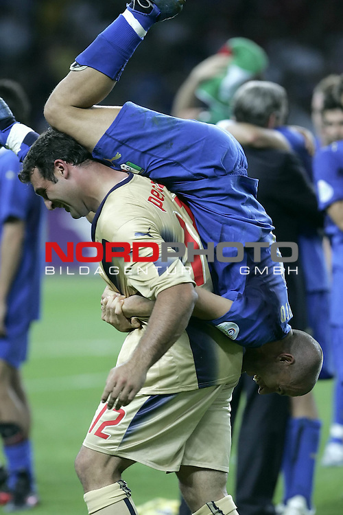 FIFA WM 2006 - Final / Finale<br /> Play #64 (09-Jul) - Italy vs France.<br /> <br /> DEL PIERO Alessandro, PERUZZI Angelo<br /> <br /> Italy is World Champion / Weltmeister 2006 mit dem Pokal / Trophy after the match of the World Cup in Berlin.<br /> <br /> <br /> Foto &copy; nordphoto