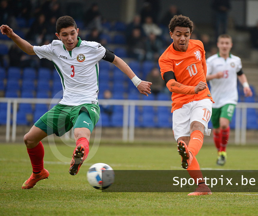 20160324 - Buderich , GERMANY : Dutch Donyell Malen (R) and Bulgarian Aleksandar Bastunov (L) pictured during the soccer match between the under 17 teams of The Netherlands and Bulgaria , on the first matchday in group 4 of the UEFA Under17 Elite rounds in Buderich , Germany. Thursday 24th March 2016 . PHOTO DAVID CATRY