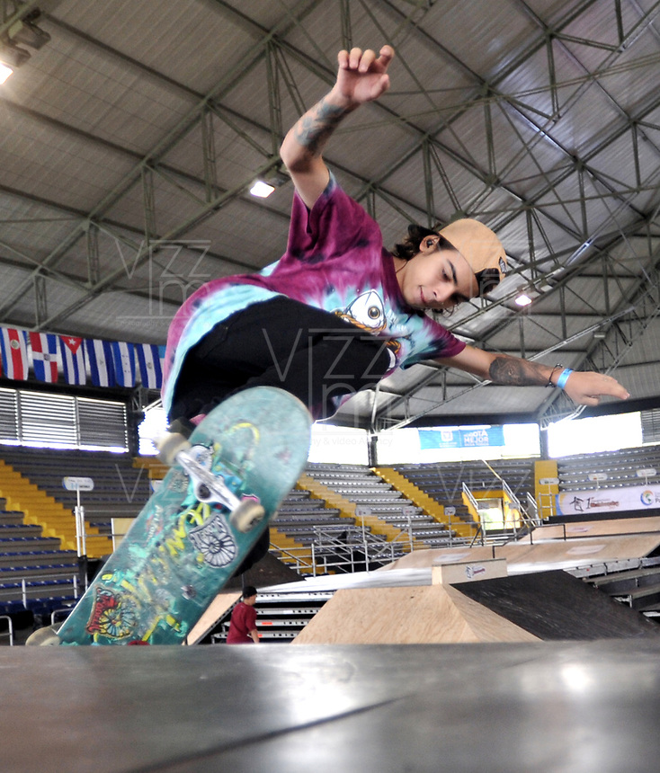BOGOTA - COLOMBIA - 13 - 08 - 2017: Mateo Bahos, Skater de Colombia, durante competencia en el Primer Campeonato Panamericano de Skateboarding, que se realiza en el Palacio de los Deportes en la Ciudad de Bogota. / Mateo Bahos, Skater from Colombia, during a competitions in the First Pan American Championship of Skateboarding, that takes place in the Palace of Sports in the City of Bogota. Photo: VizzorImage / Luis Ramirez / Staff.