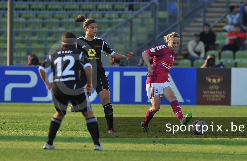 Uefa Women 's Champions League Final 2012 at Olympiastadion Munchen : Olympique Lyon -  FC Frankfurt : Sonia Bompastor met de pass .foto DAVID CATRY / JOKE VUYLSTEKE / Vrouwenteam.be
