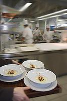 Europe/France/Auvergne/43/Haute-Loire/Saint-Bonnet-le-Froid: Restaurant des Cimes de Régis et Jacques Marcon-les assiettes de homard en aigre-doux Chaud froid d'amandes et champignons sont enlevées