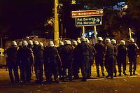 SÃO PAULO, 07.06.2016 - SÃO PAULO-ATLÉTICO NACIONAL(COL) - Torcedores do São Paulo, entram em confronto com o Tropa de Choque da Polícia Militar, atacando com pedras e garrafas de vidro, após o fim da partida válida pela Semi-Final da Copa Libertadores da América, realizada no Estádio Cícero Pompeu de Toledo(Morumbi), localizado no bairro do Morumbi, zona sul de São Paulo, na madrugada desta quinta-feira, 07. (Foto: Eduardo Carmim/Brazil Photo Press)
