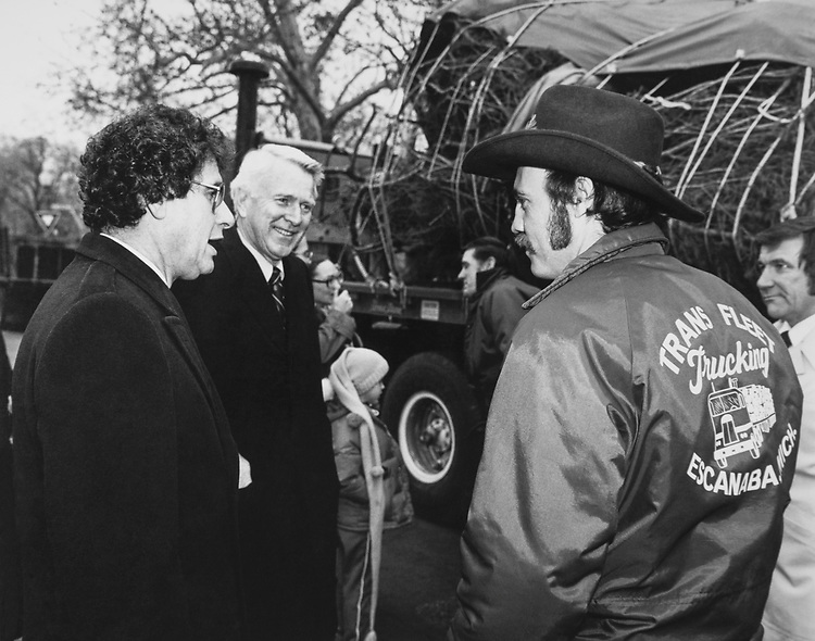 Congressman talking to trucking worker about Christmas tree during Christmas. (Photo by CQ Roll Call via Getty Images)