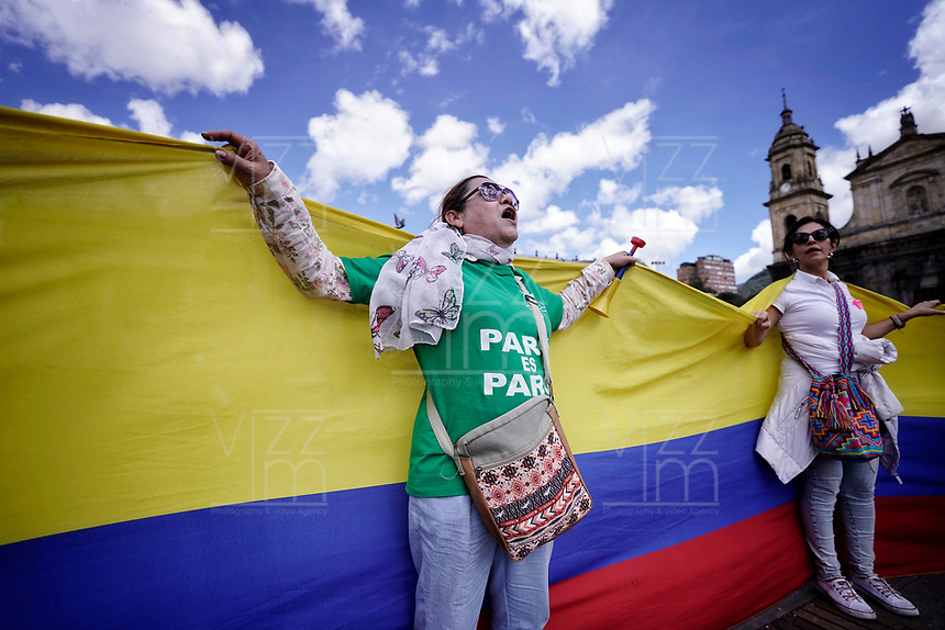 BOGOTA - COLOMBIA, 04-12-2019: Miles de manifestantes salieron a las calles de Bogotá para unirse a la  jornada de paro Nacional en Colombia hoy, 4 de diciembre de 2019. La jornada Nacional es convocada para rechazar el mal gobierno y las decisiones que vulneran los derechos de los Colombianos. / Thousands of protesters took to the streets of Bogota to join the National Strike day in Colombia today, December 4, 2019. The National Strike is convened to reject bad government and decisions that violate the rights of Colombians. Photo: VizzorImage / Diego Cuevas / Cont