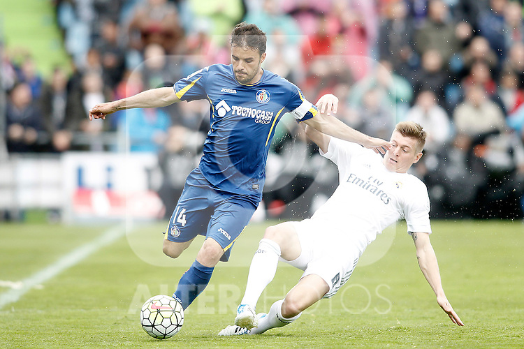 Getafe's Pedro Leon (l) and Real Madrid's Toni Kroos during La Liga match. April 16,2016. (ALTERPHOTOS/Acero)