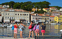 KROATIEN, 06.2013, Mali Losinj. © Petar Kurschner/EST&OST<br /> Touristen auf der Insel Losinj. | Tourists on the island of Losinj.