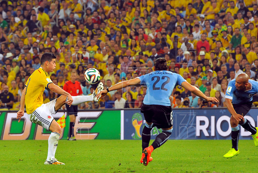 RIO DE JANEIRO - BRASIL -28-06-2014. James Rodriguez (#10) jugador de Colombia (COL) disputa un balón con Martin Caceres (#22) jugador de Uruguay (URU) durante partido de los octavos de final por la Copa Mundial de la FIFA Brasil 2014 jugado en el estadio Maracaná de Río de Janeiro./ James Rodriguez (#10) player of Colombia (COL) fights the ball with Martin Caceres (#22) player of Uruguay (URU) during the match of the Round of 16 for the 2014 FIFA World Cup Brazil played at Maracana stadium in Rio do Janeiro. Photo: VizzorImage / Alfredo Gutiérrez / Contribuidor