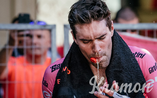 Maglia Rosa Tom Dumoulin (NED/Sunweb) having some trouble with his bidon post-stage <br /> <br /> Stage 15: Valdengo &rsaquo; Bergamo (199km)<br /> 100th Giro d'Italia 2017