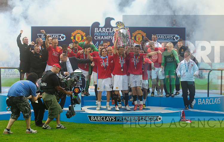 Manchester United celebrate winning the Premier League during the Premier League match at The JJB Stadium, Wigan. Picture date 11th May 2008. Picture credit should read: Simon Bellis/Sportimage