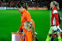 GRONINGEN -  Voetbal, Nederland - Noorwegen, Noordlease stadion, WK kwalificatie vrouwen, 24-10-2017,    Nederland speelster Sherida Spitse bij de opkomst