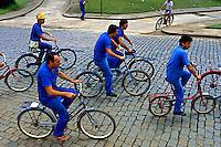 Transporte em bicicleta, Joinville, Santa Cartarina. 1994. Foto de Juca Martins.