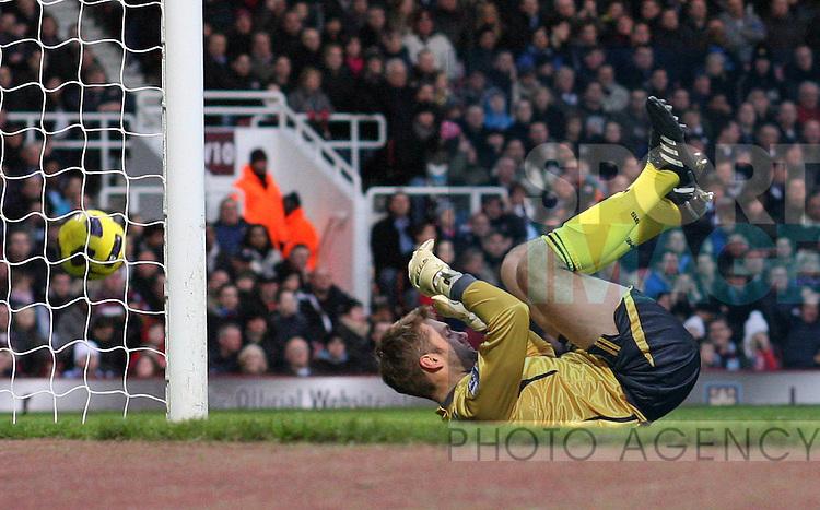 West Hams Robert Green gets beaten by Yaya Toures strike