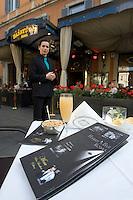 Un flute contenente il cocktail Bellini all'esterno dell'Harry's Bar in Via Veneto a Roma.<br /> A glass of Bellini cocktail at Harry's bar in Via Veneto, Rome, Italy.<br /> UPDATE IMAGES PRESS/Riccardo De Luca