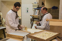 Europe/France/Provence-Alpes-Côte d'Azur/Alpes-Maritimes/Nice:  Fabrication des pâtes à la Maison Quirino - Marc Quirino  prépare avec son fils  les raviolis [Autorisation : 2013-115] [Autorisation : 2013-116]  // Europe, France, Provence-Alpes-Côte d'Azur, Alpes-Maritimes, Nice:  Quirino, This place, representative of traditional Niçois craftsmanship, is classic for Niçois-style raviolis, fresh pastas , Marc Quirino prepares with his son ravioli