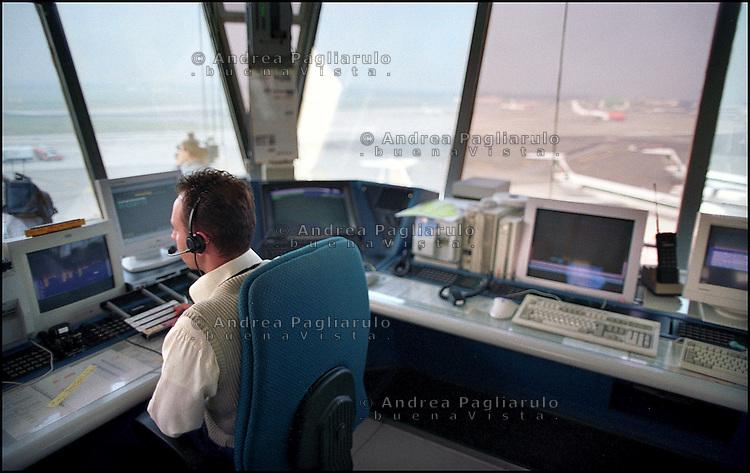 Italia, torre di controllo aereoporto di Milano Linate, 2002..Italy, control tower Milano Linate airport, 2002..© Andrea Pagliarulo