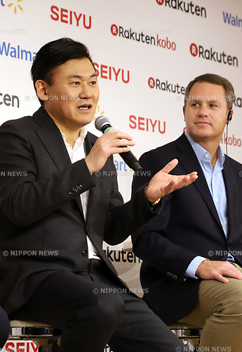 "January 26, 2018, Tokyo, Japan - Japanese online commerce giant Rakuten president Hiroshi Mikitani speaks while US retail giant Walmart president Doug McMillon looks on as they announce a new strategic alliance on the e-commerce at the Rakuten headquarters in Tokyo on Friday, January 26, 2018. Rakuten and Walmart will launch a new online grocery delivery service ""Rakuten Seiyu Netsuper"" in Japan in this year. (Photo by Yoshio Tsunoda/AFLO) LWX -ytd-"