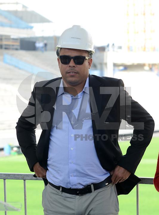 SAO PAULO SP, 19.08.2013 - FIFA, COL e politicos visitam as obras da Arena Corinthians em Itaquera, uma das sedes da Copa de 2014. em  Sao Paulo, nesta segunda, 19. na foto Ronaldo (FOTO: ALAN MORICI / BRAZIL PHOTO PRESS).