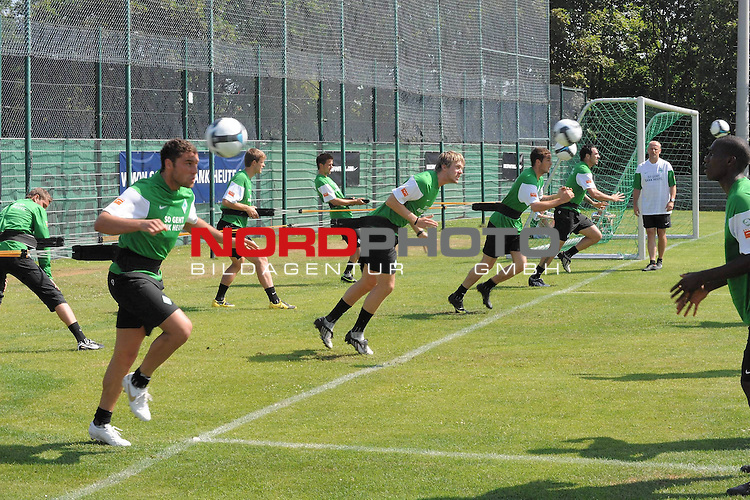 FBL 09/10 Traininglager  Werder Bremen Norderney 2007 Day 03<br /> Konditionstraining Sonntag morgen<br /> <br /> <br /> Uebersicht Training Medizinball Dusko Tosic (Bremen SRB #05) Peter Niemeyer ( Bremen GER #25 ) Hugo Almeida ( Bremen POR #23 ) und Thomas Schaaf ( Bremen GER - Trainer  COACH)<br /> <br /> Foto &copy; nph (nordphoto)