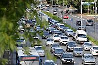 SÃO PAULO, SP, 06.12.2013 – TRÂNSITO EM SÃO PAULO: Trânsito na Av. 23 de Maio, próximo ao Parque do Ibirapuera, zona sul de São Paulo na tarde desta sexta feira. Foto: Levi Bianco - Brazil Photo Press.