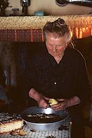 Europe/France/Auvergne/15/Cantal/env de Saint Cernin: lieu dit Lacan fermière épluchant les pommes de terre [Non destiné à un usage publicitaire - Not intended for an advertising use] [<br /> PHOTO D'ARCHIVES // ARCHIVAL IMAGES<br /> FRANCE 1980