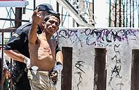 Suicida hace una señal con el dedo de su mano derecha.<br /> <br /> Suicida intenta quitarse la vida tratando de tirarse desde lo alto de un espectacular publicitario en Solidaridad y Progreso. Rescatado por bomberos de Hermosillo<br /> <br /> pclaves: homless, sin hogar, pobreza, salvado, safe, rescue