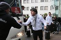 Bundestrainer Joachim Loew (Deutschland Germany) begrüßt die DFB Mitarbeiter vor Ort - 04.10.2017: Deutschland Teamankunft, Stormont Hotel Belfast