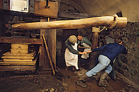 Europe/France/Auverne/63/Puy-de-Dôme/Env. d'Ambert/Moulin Richard-de-Bas : Musée historique du papier - Fabrication artisanale du papier - Pressage // Europe, France, Auverne, Puy-de-Dôme, Env. d'Ambert: Richard de Bas paper mill and museum