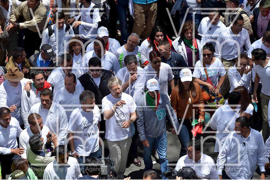 """BOGOTÁ - COLOMBIA, 08-03-2015: Miles de Colombianos se congregaron para participar en """"La Marcha por La Vida"""" convocada por el profesor Antanas Mockus. Juan Manuel Santos, Presidente de Colombia, hizo parte del evento por las calles del centro de Bogotá./ Thousands of people gathered to participate in the """"March for Life"""" organized by Antanas Mockus teaacher. Juan Manuel Santos president of Colombia made a part of the event by the streets of Bogota. Photo: VizzorImage /  Juan pablo Bello - SIG / HANDOUT PICTURE; MANDATORY EDITORIAL USE ONLY/ NO MARKETING, NO SALES"""
