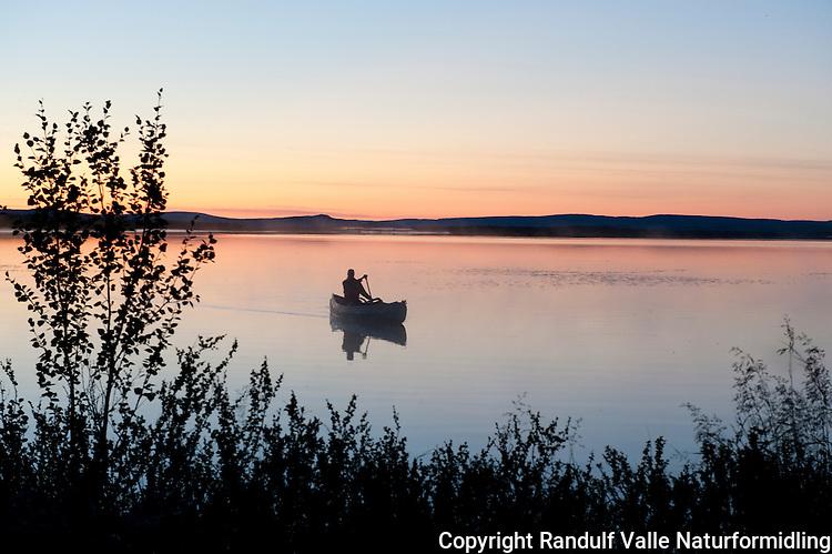 Kano i solnedgang. ---- Canoe at sunset.