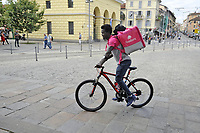 "- Milano, ""riders"", fattorini per la consegna veloce  in bicicletta di generi alimentari<br />