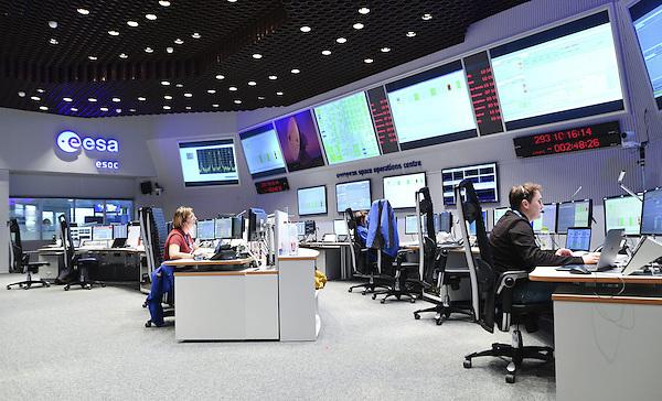"""MHM001 DARMSTADT (ALEMANIA) 19/10/2016.- Varios empleados controlan las pantallas en el centro de control de la misión """"ExoMars"""" de la Agencia Espacial Europea (ESA) en Darmstadt (Alemania) hoy, 19 de octubre de 2016. EFE/UweAnspach"""