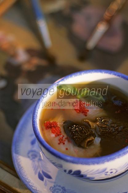Europe/France/Bretagne/29/Finistère/Pont-Aven: Moulin de Rosmadec - consomme de langoustines aux ravioles de chèvre et morilles