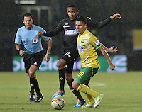 BOGOTÁ -COLOMBIA, 17-01-2015. J. Palacios (Izq) jugador del Cúcuta Deportivo disputa el balón con Daniel Cataño (Der) de Atlético Bucaramanga durante partido por la fecha 2 de los cuadrangulares de ascenso Liga Aguila 2015 jugado en el estadio Metropolitano de Techo de la ciudad de Bogotá./ J. Palacios (L) player of Cucuta Deportivo vies for the ball with Daniel Cataño (R) player of Atletico Bucaramanga during match for the second date of the promotional quadrangular Aguila League 2015 played at Metropolitano de Techo stadium in Bogotá city. Photo: VizzorImage/ Gabriel Aponte / Staff