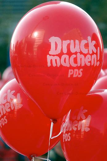 Demonstration gegen Hartz IV<br /> Mehrere 10.000 Menschen demonstrierten am Samstag den 2. Oktober 2004 in Berlin gegen die Hartz IV-Gesetze und die Reformpolitik der Bundesregierung. Aufgerufen zu dieser bundesweiten Demonstration hatte ein breites Buendnis von attac, PDS, verschiedenen Gewerkschaften und sozial engagierten Gruppen.<br /> Hier: Luftballons &quot;Druck machen&quot; der PDS.<br /> 2.10.2004, Berlin<br /> Copyright: Christian-Ditsch.de<br /> [Inhaltsveraendernde Manipulation des Fotos nur nach ausdruecklicher Genehmigung des Fotografen. Vereinbarungen ueber Abtretung von Persoenlichkeitsrechten/Model Release der abgebildeten Person/Personen liegen nicht vor. NO MODEL RELEASE! Nur fuer Redaktionelle Zwecke. Don't publish without copyright Christian-Ditsch.de, Veroeffentlichung nur mit Fotografennennung, sowie gegen Honorar, MwSt. und Beleg. Konto: I N G - D i B a, IBAN DE58500105175400192269, BIC INGDDEFFXXX, Kontakt: post@christian-ditsch.de<br /> Bei der Bearbeitung der Dateiinformationen darf die Urheberkennzeichnung in den EXIF- und  IPTC-Daten nicht entfernt werden, diese sind in digitalen Medien nach &sect;95c UrhG rechtlich geschuetzt. Der Urhebervermerk wird gemaess &sect;13 UrhG verlangt.]