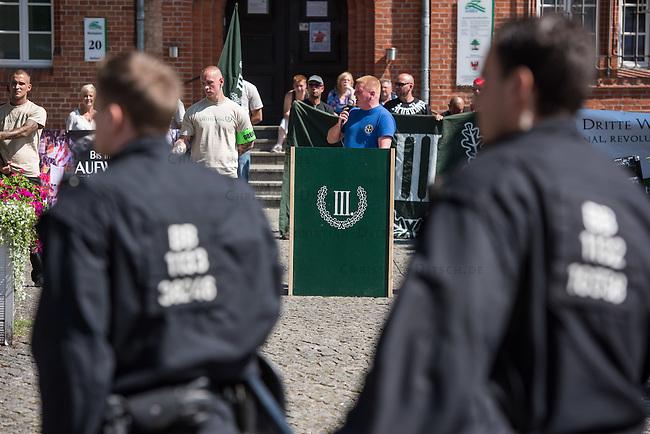 Die Neonazi-Splitterpartei &quot;Dritter Weg&quot; veranstaltete am Samstag den 1. August 2015 in der Brandenburgischen Kleinstadt Zossen mit ca. 50 Personen eine Kundgebung gegen gegen Fluechtlinge und &quot;Ueberfremdung&quot;. An der Kundgebung nahmen auch Mitglieder der NPD und der rechten Splitterpartei &quot;Die Rechte&quot; teil. <br /> Im Bild: Bjoern Brusak von der &quot;Europaeischen Aktion&quot;, die von dem schweizer Holocaustleugner Schaub gegruendet wurde. Brusak ist rechter &quot;Liedermacher&quot;, Unternehmensberater und Anhaenger der ehemaligen Apartheidsregierung in Suedafrika.<br /> 1.8.2015, Zossen/Brandenburg<br /> Copyright: Christian-Ditsch.de<br /> [Inhaltsveraendernde Manipulation des Fotos nur nach ausdruecklicher Genehmigung des Fotografen. Vereinbarungen ueber Abtretung von Persoenlichkeitsrechten/Model Release der abgebildeten Person/Personen liegen nicht vor. NO MODEL RELEASE! Nur fuer Redaktionelle Zwecke. Don't publish without copyright Christian-Ditsch.de, Veroeffentlichung nur mit Fotografennennung, sowie gegen Honorar, MwSt. und Beleg. Konto: I N G - D i B a, IBAN DE58500105175400192269, BIC INGDDEFFXXX, Kontakt: post@christian-ditsch.de<br /> Bei der Bearbeitung der Dateiinformationen darf die Urheberkennzeichnung in den EXIF- und  IPTC-Daten nicht entfernt werden, diese sind in digitalen Medien nach &sect;95c UrhG rechtlich geschuetzt. Der Urhebervermerk wird gemaess &sect;13 UrhG verlangt.]