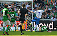 FUSSBALL   1. BUNDESLIGA   SAISON 2012/2013    32. SPIELTAG SV Werder Bremen - TSG 1899 Hoffenheim             04.05.2013 Sven Schipplock (TSG 1899 Hoffenheim) erzielt das Tor zum 1:2. Sokratis Papastathopoulos (li) und Lukas Schmitz (re, beide SV Werder Bremen)