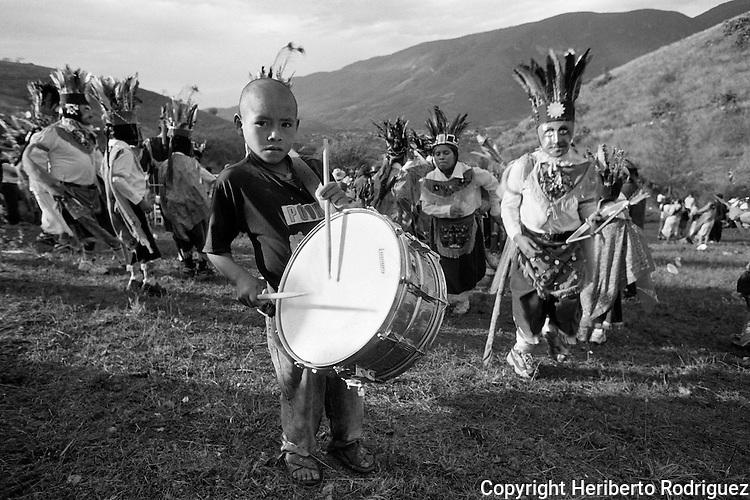 Mexico (03/05/2004): Un nino indigena naua, de la comunidad de Acatlan en el estado de Guerrero, toca el tambor miemtras encabeza  la celebracion de la Santa Cruz, el 3 de mayo de 2004. / Mexico  (03/05/2004): An Indian Native child plays his drum as he and dancers perform dances and offerings during the celebration of the Holy Cross  in the Indian Native village of Acatlan, in the southern state of Guerrero, May 3, 2004. Photo by © Heriberto Rodriguez