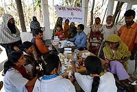 BANGLADESH , cyclone Sidr and high tide destroy villages in Southkhali in District Bagerhat , flood shelter, victims receive medical aid / BANGLADESCH, der Wirbelsturm Zyklon Sidr und eine Sturmflut zerstoeren Doerfer im Kuestengebiet von Southkhali , Opfer erhalten medizinische Versorgung in einem Schutzbunker
