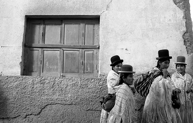 02.2010  Coroico (Bolivia)<br /> <br /> Femmes allant au carnaval de coroico.<br /> <br /> Women going to coroico carnival.